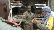 Rettungskräfte bringen nach dem Anschlag in Gao etliche Verwundete ins Krankenhaus.