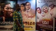 Nollywood: Ein Mann geht in Lagos an nigerianischen Filmplakaten vorbei.