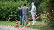 Ein Straßengraben in Nieder-Eschbach: Im August 2016 sichern Polizeibeamte den Fundort der Leiche in der Nähe der Ikea-Filiale.