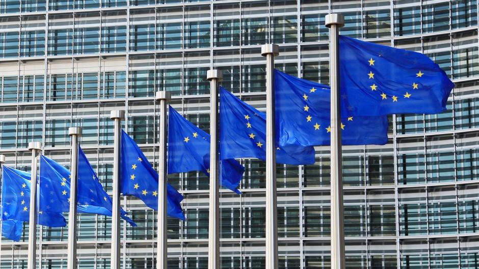 Fahnen wehen vor dem EU-Hauptquartier in Brüssel.