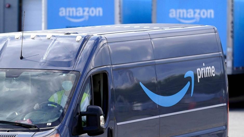 Ein Amazon-Prime-Fahrer verlässt ein Logistikzentrum des Konzerns in Amerika.