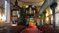 Mit auffälliger Kanzel: die evangelische Burgkirche in Dreieichenhain