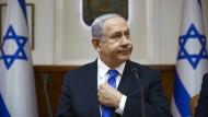 Benjamin Netanjahu in seinem Büro bei der wöchentlichen Kabinettssitzung