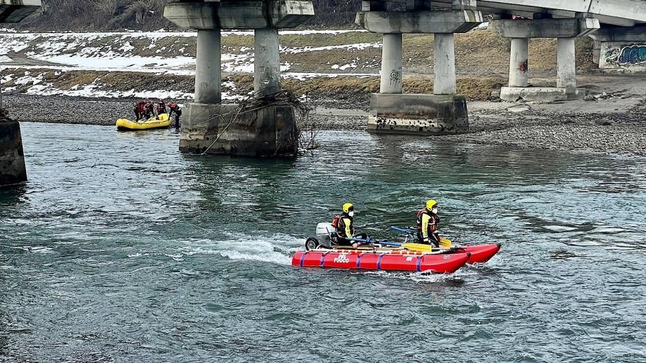 Einsatzkräfte der Feuerwehr und der Polizei haben auf dem Fluss Etsch nach dem verschwundenen Ehepaar gesucht.