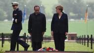 Merkel und Hollande gedenken der Toten auf einem deutschen Friedhof in Consenvoye, Frankreich.