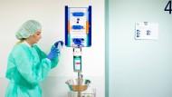 Wird bei dem Patienten ein infektiöser Keim nachgewiesen, legt das Personal Mundschutz, Kittel und Handschuhe an, bevor es das Zimmer betritt.  Doch nicht alle Hygienemaßnamen haben den gewünschten Effekt.