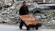 In den Trümmern geht das Leben weiter: Ein Händler in Aleppo mit seinen Waren