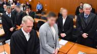 Zu Haftstrafen verurteilt: Die Gründer des Frankfurter Immobilienunternehmens S&K Stephan Schäfer (4.v.l.) und Jonas Köller (2.v.r.)