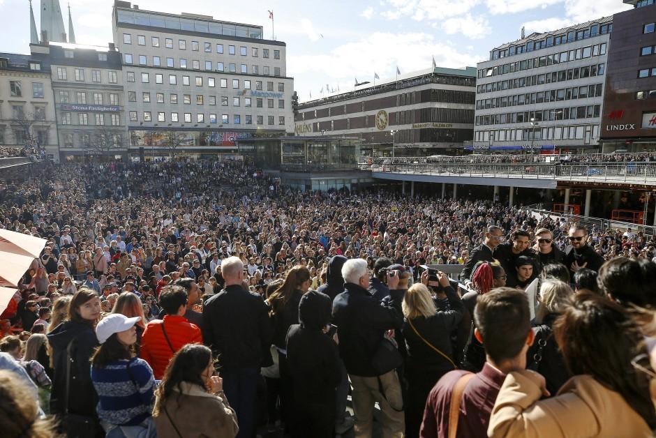 Tausende Fans des verstorbenen DJs Avicii haben sich auf dem Sergels-Torg-Platz in Stockholm versammelt.