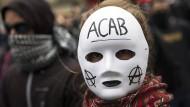 """""""All cops are bastards"""": Die queere Antifa findet den beliebten Demo-Schlachtruf problematisch."""