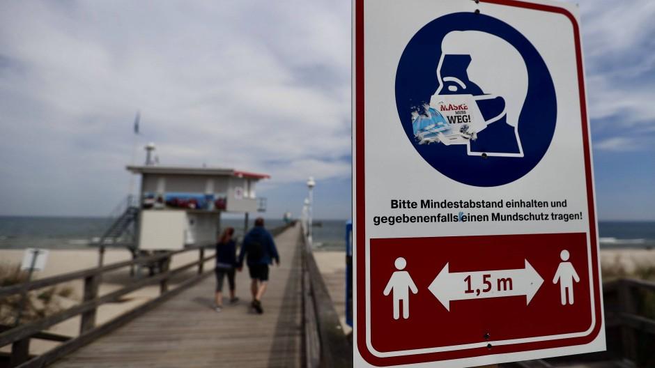 Nur wenige Spaziergänger sind vergangenen Dienstag auf der Seebrücke auf der Ostseeinsel Usedom unterwegs.