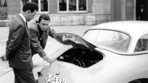 Mit Vater Ferry (l.) 1958 am Heck eines Porsche 356