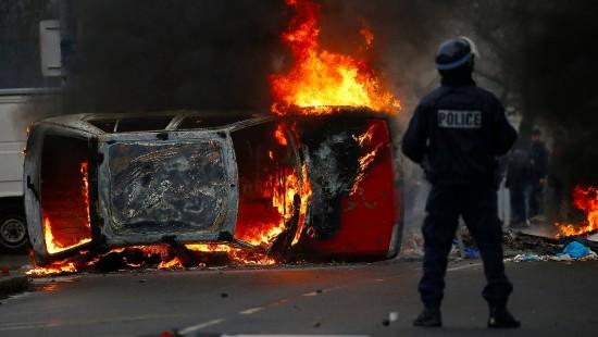 Brennende Autos und Tränengas