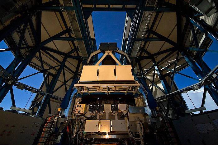 Das VLT Survey Telescope befindet sich in Chile auf dem Cerro Paranal. Die dort installierte CCD-Kamera OmegaCAM hat ein Gesichtsfeld, das viermal so groß ist wie der Vollmond.