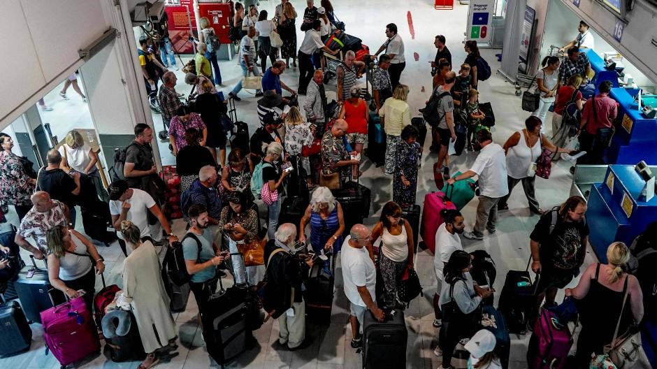 Ende einer Urlaubsreise: Touristen am Flughafen Heraklion auf Kreta.