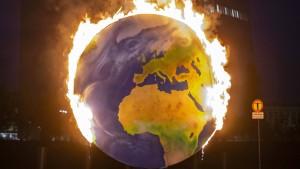 Brennender Globus vor der EZB-Zentrale
