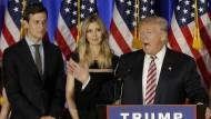 """Donald Trump mit seiner Lieblingstochter Ivanka und deren Ehemann Jared Kushner, den der """"president-elect"""" sehr schätzt"""