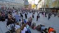 Menschen haben sich vor dem Kölner Hauptbahnhof versammelt: Am Dienstag legte eine Geiselnahme im Gebäude den Schienenverkehr lahm.