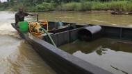 Auf frischer Tat: Ein Mann in Nigeria steuert sein Boot gefüllt mit abgezapftem Rohöl. (Archivbild)