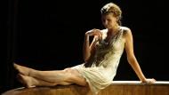 Schwarze Witwe als Beckenrandnixe: Charlotte Puder als Kriemhild