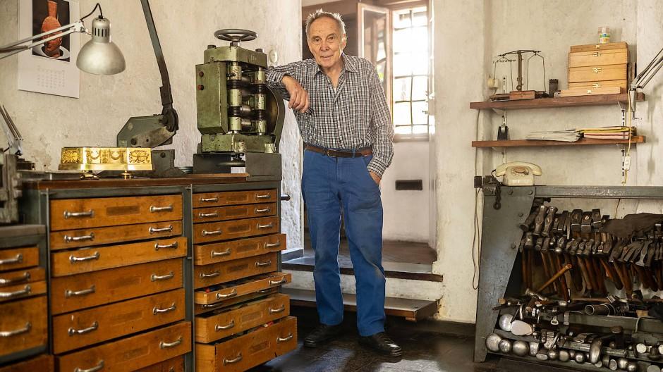 Zwischen Hämmern, Amboss und Kittkugel: In seiner Werkstatt restauriert Klaus Malorny auch mit 85 Jahren Wertvolles.