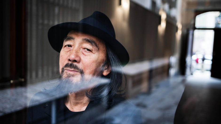 Sein Blick verrät eine gewisse Traurigkeit, die sich oft auch in seiner Mode spiegelt: Der japanische Couturier Yohji Yamamoto dieser Tage in Berlin