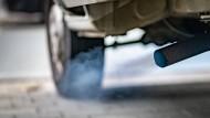 Bläuliche Rauchwolken stößt der Dieselmotor eines Kleinlasters aus, wenn er gestartet wird.