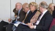 Ganz schön fies: Kulturstaatsministerin Monika Grütters zerbricht sich beim Schreiben den Kopf ....