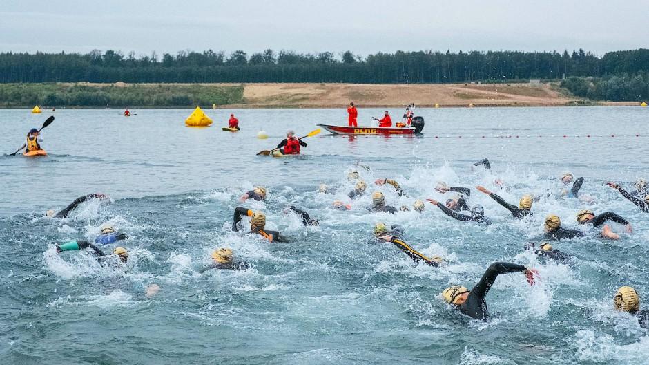 Wasserschlacht: Die ersten Schwimmer im Langener Waldsee