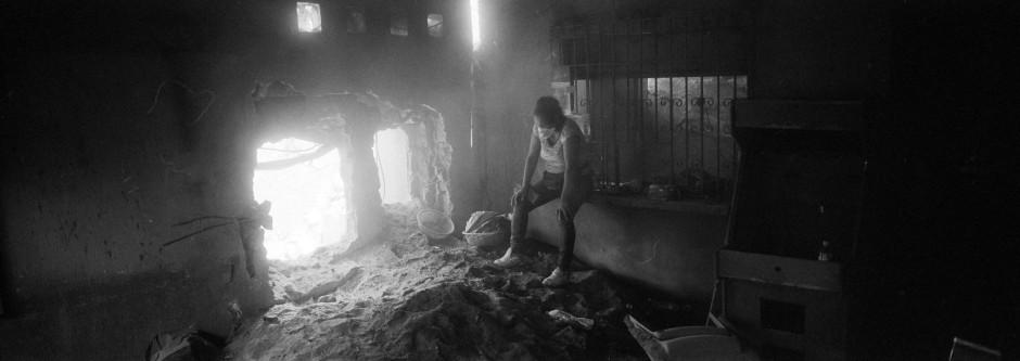 Erschöpft atmet Angelica Maria Alvarez in den Überresten ihres Zuhause durch, welches vom Feuervulkan zerstört worden ist.