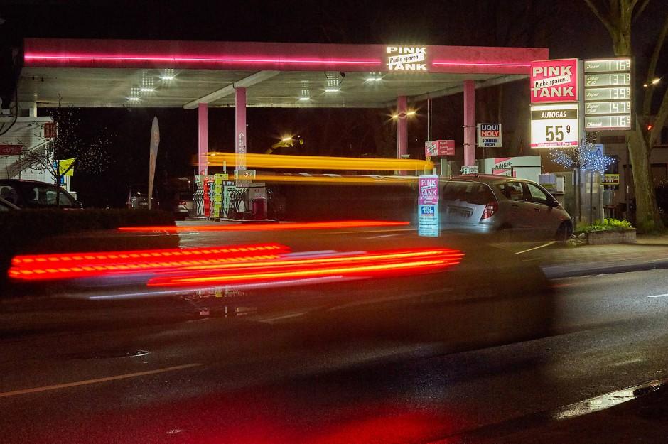 Benzinpreise an Tankstellen schwanken über living room Tag und sorgen für Verärgerung