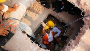 Textilarbeiter unter Trümmern
