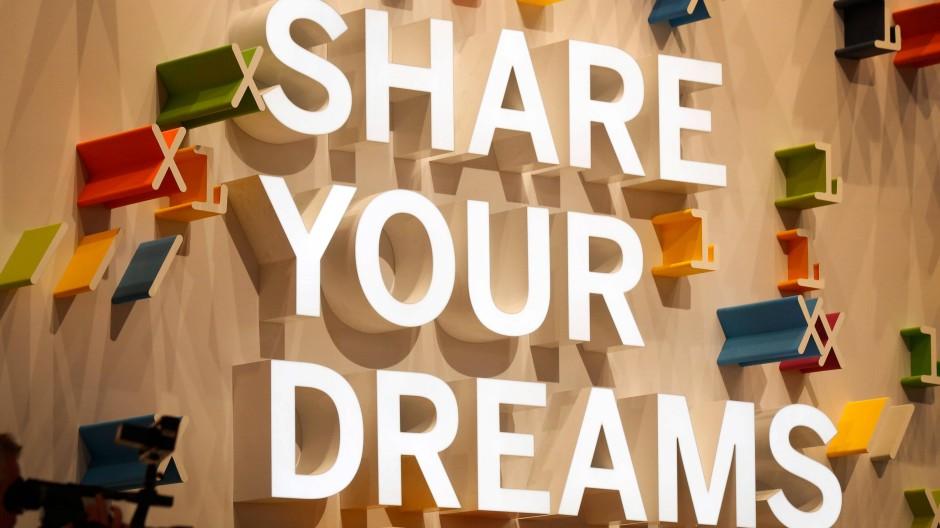 """Teile deine Träume, fordert ein Slogan am Stand der Firma SAP: Auf der CeBIT 2013 war """"Shareconomy"""" ein großes Thema"""