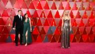 """Schau mal, da hat jemand eine Jennifer Lawrence in Bronze gegossen! So goldig in Dior, man würde sie am liebsten auch als Preis verleihen. Für """"beste Figur in einem schlechten Film"""" zum Beispiel."""