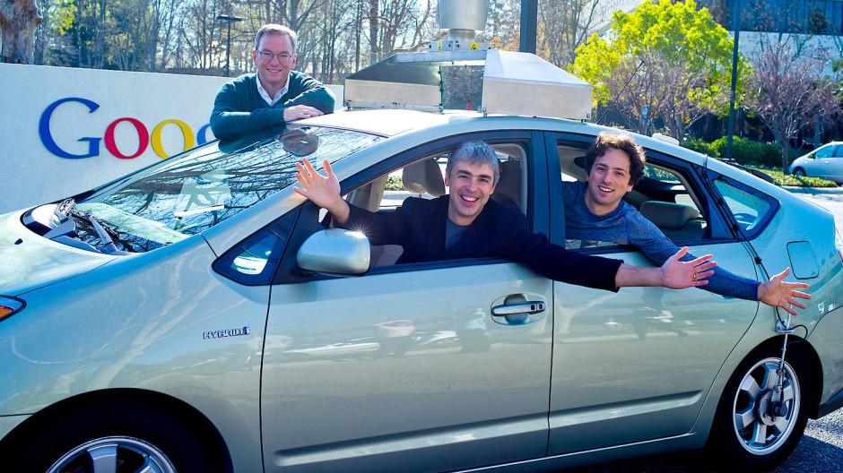 """Ein Bild aus dem Jahr 2011: """"Papa"""" Eric Schmidt im Hintergrund, im Auto die beiden Gründer Larry Page (l) und Sergey Brin"""