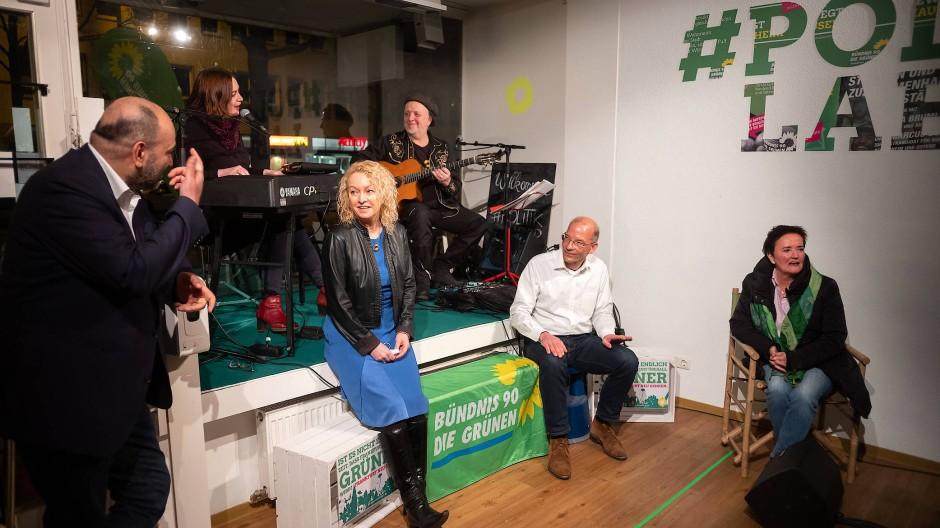 So sehen Wahlsieger aus: Die Frankfurter Grünen am Wahlabend am 14. März: Bundestagsabgeordneter Omid Nouripour (links) mit den Spitzenkandidaten Martina Feldmayer und Bastian Bergerhoff und Umweltdezernentin Rosemarie Heilig.