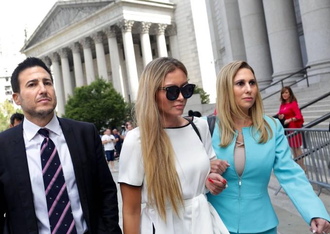 Jennifer Araoz (Mitte) und ihr Anwalt Kimberly Lerne.