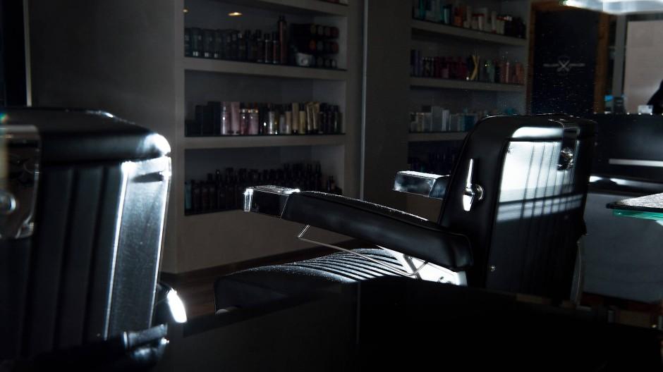 Mehr als zwei Monate unbenutzt, ein Friseursalon in Frankfurt am Main.