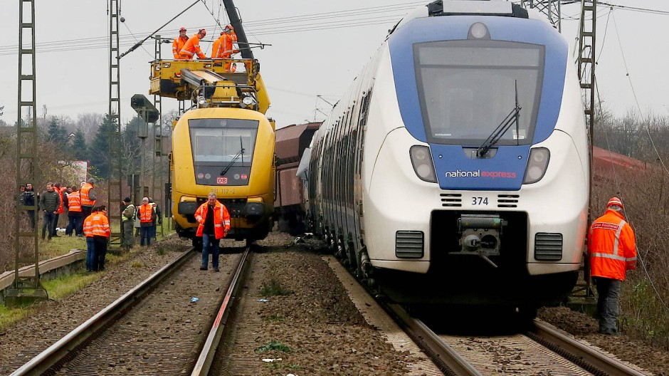 Mitarbeiter der Bahn bereiten die Bergung der verunglückten Züge vor.