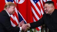 Ein Handschlag wie aus einer anderen Zeit: der amerikanische Präsident Donald Trump und Nordkoreas Staatschef Kim Jong-un vor einem Jahr in Singapur