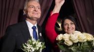 Litauens neuer Präsident Gitanas Nauseda und seine Frau jubeln über den Wahlerfolg.
