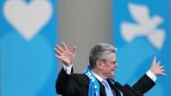 Blau in blau: Bundespräsident Gauck in Hamburg
