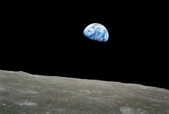 Diese Aufnahmen ging am 24 Dezember 1968 um die Welt. Sie zeigt die Erde, wie sie am Horizont des Mondes aufgeht.