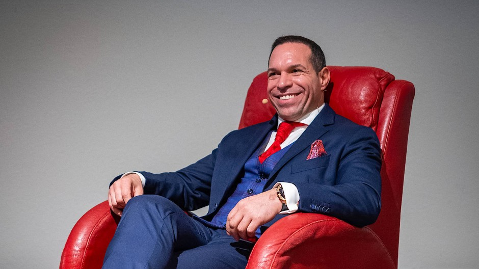Das Headset-Mikro ist immer dabei: Marc Galal lässt sich im Oktober 2019 in der Lobby eines Hotels in Bad Soden porträtieren.