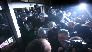 Serbische Regierungskritiker stürmen Staatssender