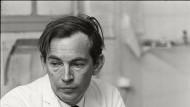Der Herzchirurg Prof. Christiaan Barnard 1967, besorgt über seinen ersten Herzverpflanzungs-Patienten, der an einer Lungenentzündung drei Tage später versterben sollte.