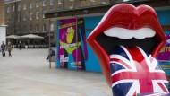 Vor dem Eingang des Museums begrüßen die 'Hot Lips' die Besucher.