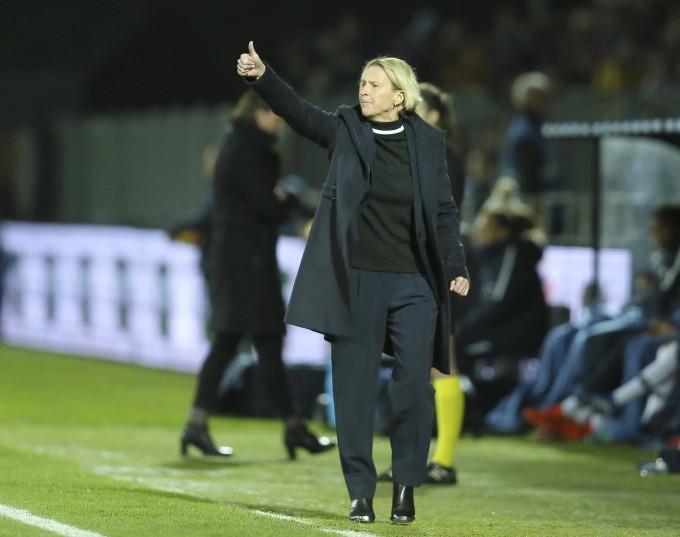 Daumen hoch: Die neue Bundestrainern Martina Voss-Tecklenburg startet mit einem Sieg gegen Frankreich.