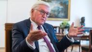 """""""Die Menschen haben einen ungeheuren Gesprächsbedarf"""": Bundespräsident Frank-Walter Steinmeier im Schloss Bellevue"""