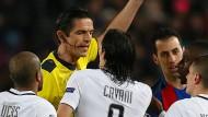 Heftiger Widerstand: Schiedsrichter Deniz Aytekin (hinten) muss sich gegenüber einigen Parisern rechtfertigen.